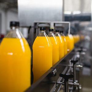 Botellas llenas de Jugo de Naranja Natural